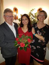 Laura Eydel eingerahmt von Jessica Braun, Ortsvereinsvorsitzende, und Johannes Karl, Fraktionsvorsitzender